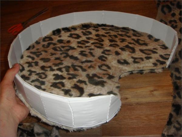 Лежак для кота из картона и ткани