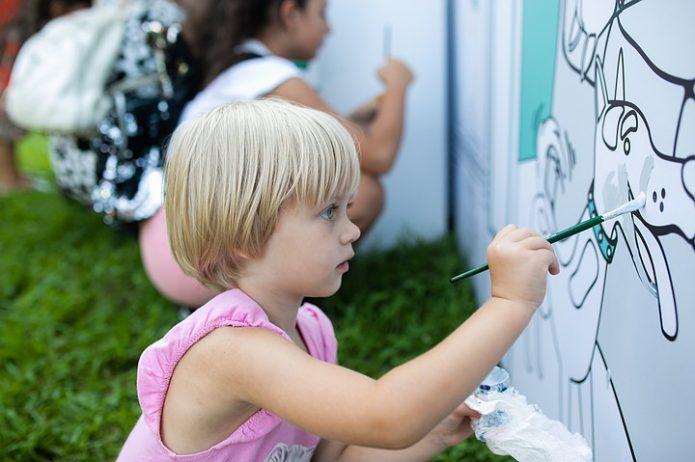Девочка рисует собаку